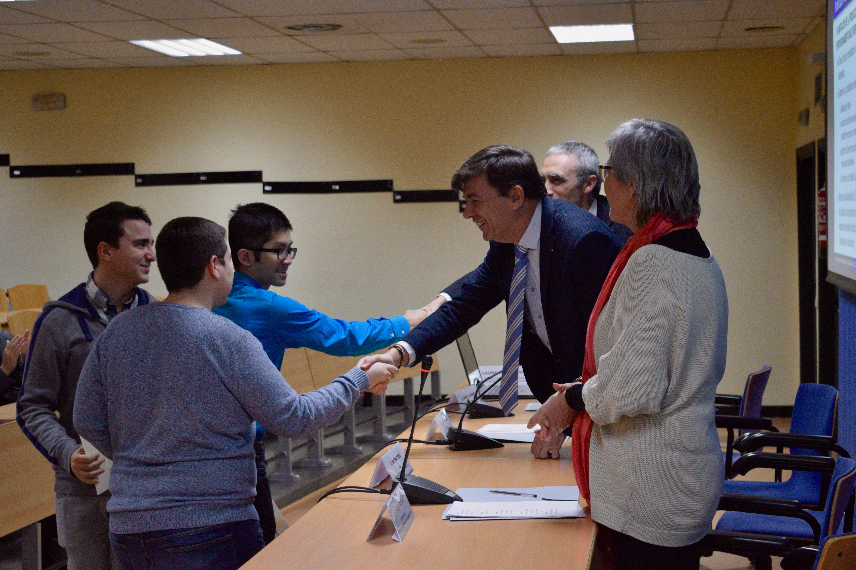 Los tres ganadores saludados por en Rector Carlos Andradas