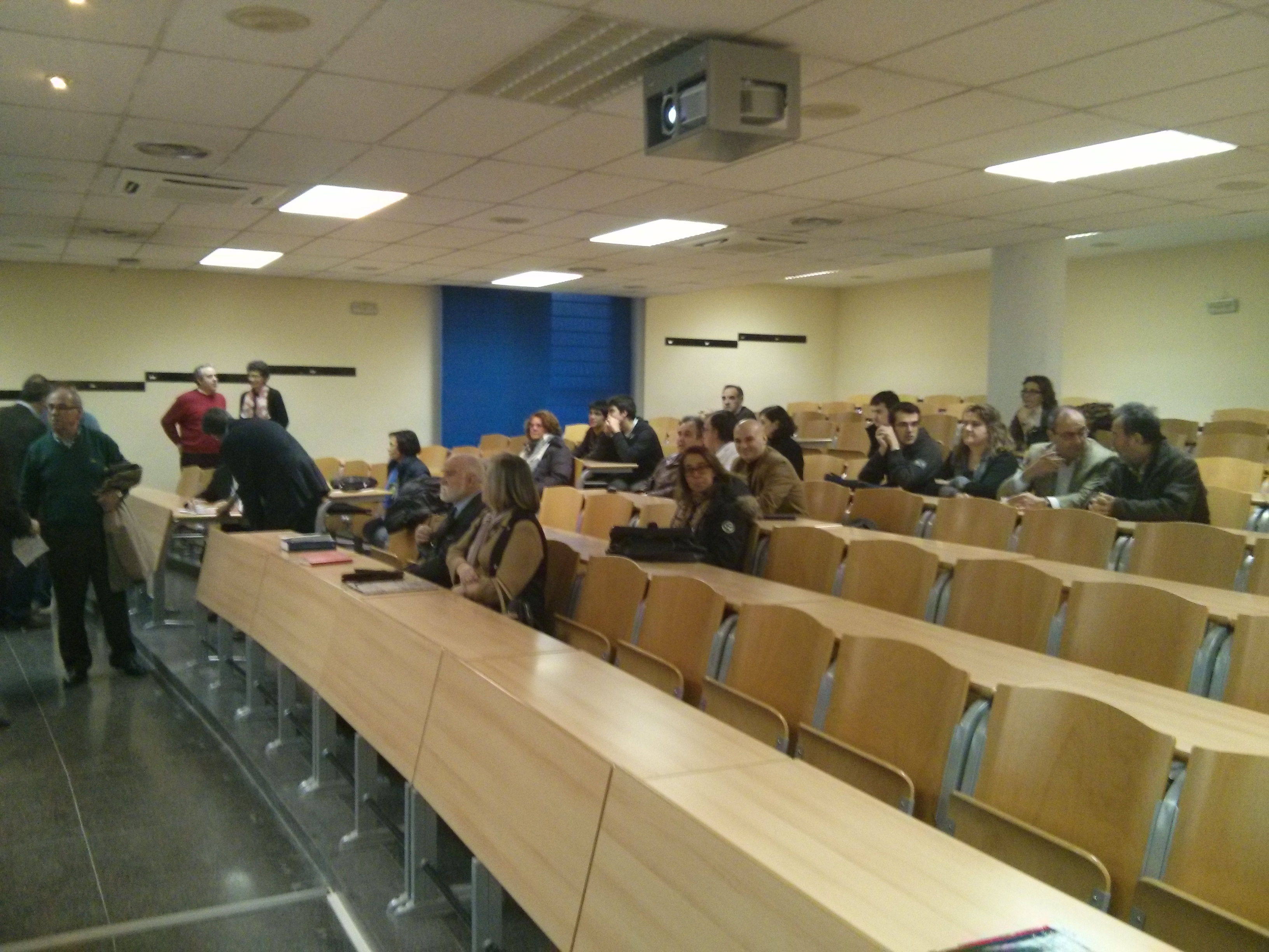 El aula Miguel De Guzman se va llenando para la conferencia Inagural
